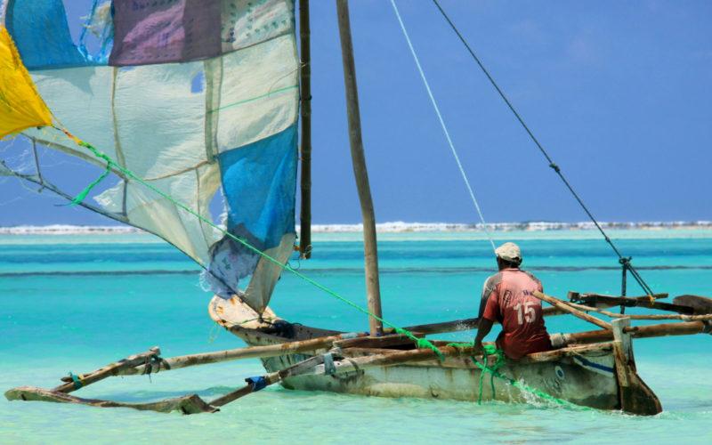 Pirogue aux voiles colorées sur la plage de Jambiani, Zanzibar