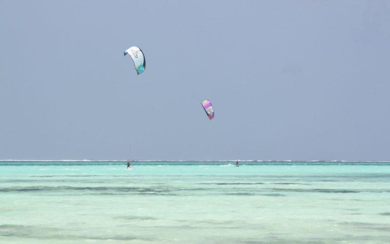 Kite surfeurs sur la plage de Jambiani, Zanzibar